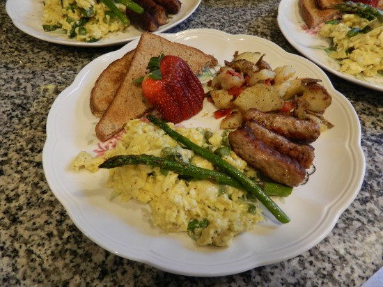 Asparagus scramble with fried potatoes and turkey links